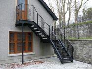 Варианты лестниц на мансарду с улицы